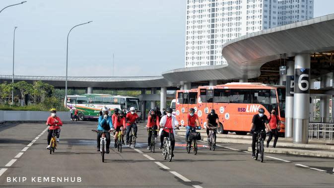 Fasilitas antar moda transportasi yang terintegrasi menjadi aspek penting untuk meningkatkan minat masyarakat menggunakan sepeda, baik untuk berolahraga di akhir pekan ataupun untuk melakukan aktivitasnya sehari-hari.