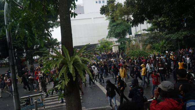 Sejumlah massa terlibat kericuhan demo menolak Omnibus Law UU Cipta Kerja di depan Gedung Sate, Kota Bandung, Kamis (8/10/2020). (Liputan6.com/Huyogo Simbolon)