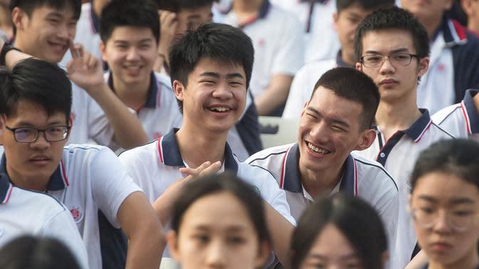 SISWA WUHAN MULAI SEMESTER BARU: Para siswa sebelum upacara pembukaan semester baru di SMA Wuhan, Wuhan, Provinsi Hubei, China, 1 September 2020. Total 2.842 TK, SD, dan sekolah menengah di kota yang pernah dilanda parah Covid-19 itu dibuka kembali untuk sekitar 1,4 juta siswa. (Xinhua/Xiao Yijiu)