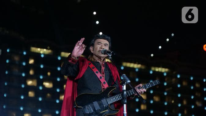 Penampilan Rhoma Irama saat konser Happy New Year 2020 di Bundaran HI, Jakarta, Selasa (31/12/2019). Konser Happy New Year 2020 diadakan oleh Indosiar. (Liputan6.com/Herman Zakharia)