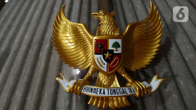Salah satu kerajinan lambang Garuda Pancasila di bengkel rumahan, Jakarta, Kamis (13/8/2020). Menko bidang Perekonomian Airlangga Hartanto memaparkan anggaran Pemulihan Ekonomi Nasional (PEN) dalam bentuk bantuan bagi UMKM tercatat Rp32,5 triliun per 3 Agustus 2020. (merdeka.com/Imam Buhori)