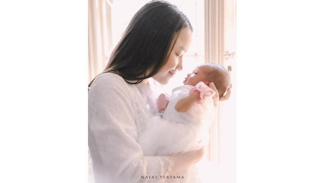 Lama Vakum, Ini 6 Potret Terbaru Anjani Dina Usai Melahirkan Anak Pertama (sumber: Instagram.com/anjanidinavdw)