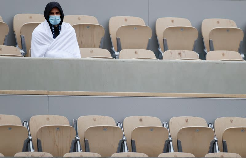 French Open gets off to chilly and damp start