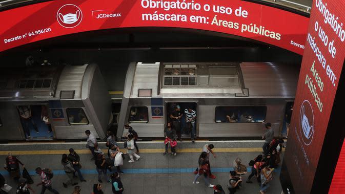 Pemberitahuan tentang perintah wajib mengenakan masker terlihat di sebuah stasiun kereta bawah tanah di Sao Paulo, Brasil (5/8/2020). Brasil pada Rabu (5/8) mencatat 1.437 kematian baru akibat COVID-19, menambah jumlah kematian secara nasional menjadi 97.256. (Xinhua/Rahel Patrasso)