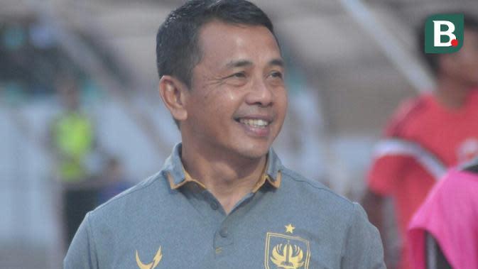 Pelatih PSIS Semarang, Jafri Sastra usai pertandingan melawan Tira Persikabo di Stadion Moch Soebroto, Magelang, Jumat (2/8/2019). (Bola.com/Vincentius Atmaja)