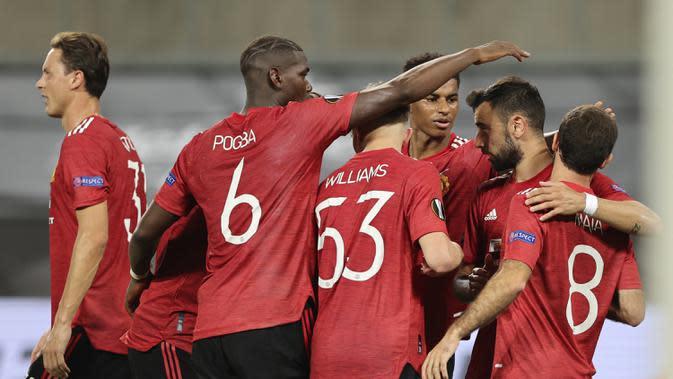Pemain Manchester United Bruno Fernandes (kedua kanan) bersama rekan-rekannya merayakan gol ke gawang Copenhagen pada perempat final Liga Europa di Cologne, Jerman, Senin (10/8/2020). Manchester United menang 1-0. (Wolfgang Rattay/Pool via AP)