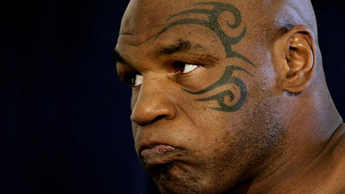 Petinju kelas berat Mike Tyson menunggu untuk menimbang berat badan di Blackburn Center, Howard Univeristy, Washington DC (09/06/2005). (AFP PHOTO/Jim WATSON)