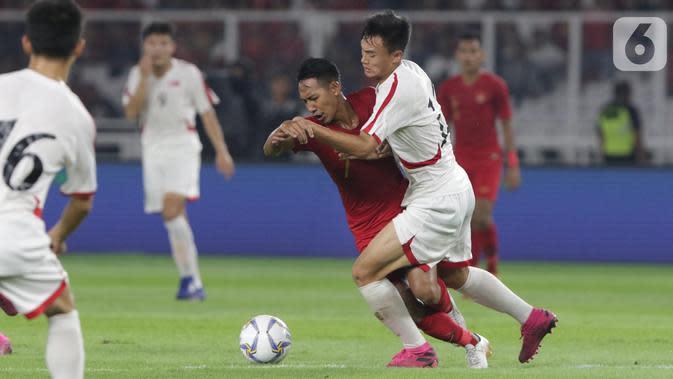 Pemain tengah Timnas Indonesia U-19, Beckham Putra Nugraha (tengah) mencoba lolos dari kawalan pemain Korea Utara pada kualifikasi Grup K Piala AFC U-19 2020 di Stadion Utama Gelora Bung Karno, Jakarta, Minggu (10/11/2019). Laga berakhir imbang 1-1. (Liputan6.com/Helmi Fithriansyah)