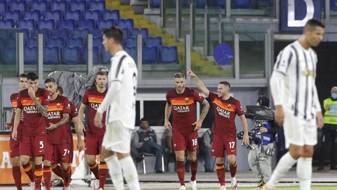 Pemain AS Roma, Jordan Veretout (kanan), berselebrasi setelah mencetak gol ke gawang Juventus pada laga Liga Italia di Stadion Olimpico, Senin (28/9/2020) dini hari WIB. (AP Photo/Gregorio Borgia)