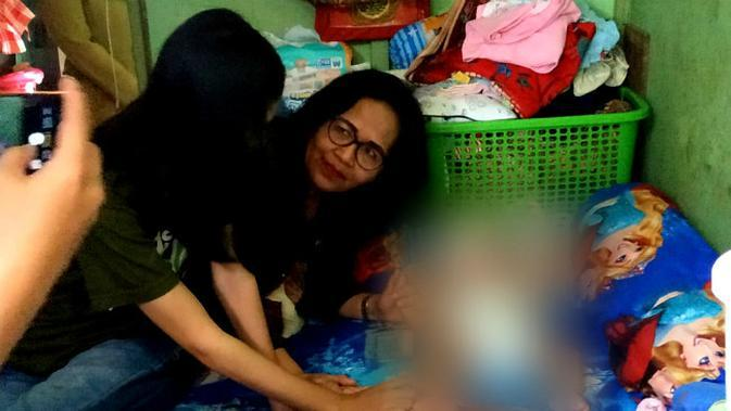 Kepala Dinas Pengendalian Penduduk, Pemberdayaan Perempuan, dan Perlindungan Anak (DP5A) Kota Surabaya, Chandra Oratmangon saat melakukan outreach di rumah klien.