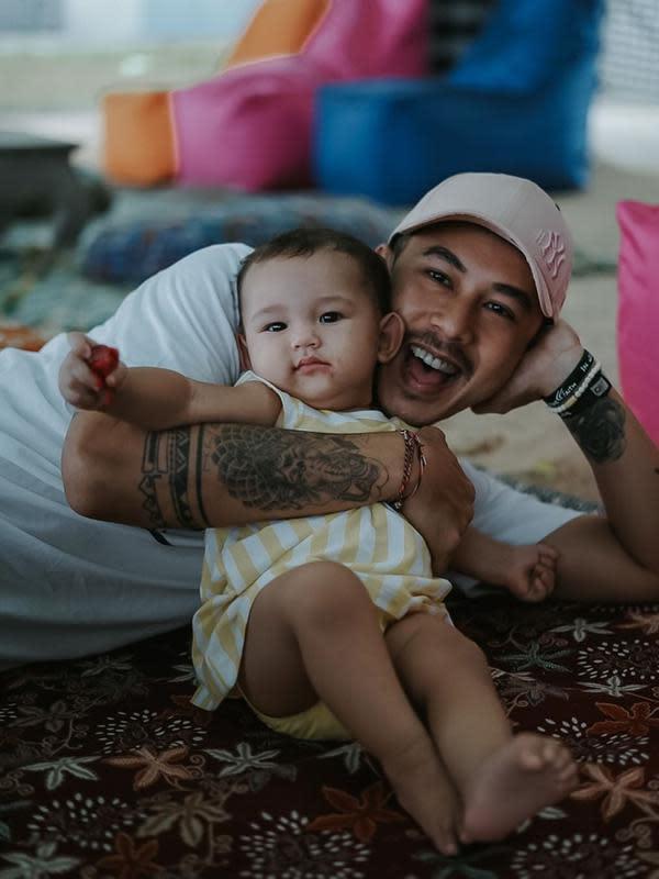 Anak kedua Dahlia Poland dan Fandy Christian, lucu dan gemas. (Sumber: Instagram/@fandych)