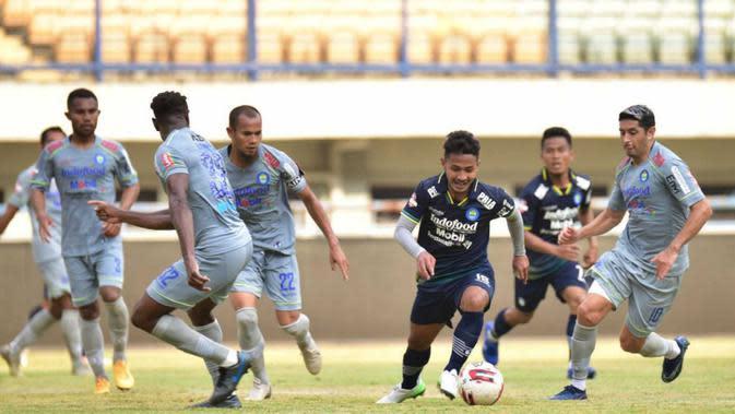 Pemain Persib Bandung saat menjalani internal game di Stadion Si Jalak Harupat, Sabtu (10/10/2020). (Bola.com/Erwin Snaz)