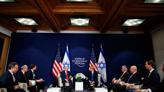 Suasana saat pertemuan Presiden AS Donald Trump dan Perdana Menteri Israel Benjamin Netanyahu di sela Forum Ekonomi Dunia, Davos (25/1). (AP Photo / Evan Vucci)