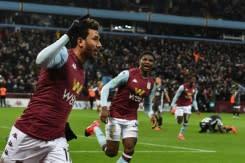 Pendukung Villa rayakan kemenangan setelah gol Trezeguet antar Villa ke final Piala Liga