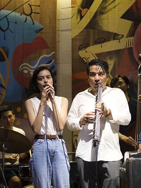 Sebagai musisi, Eva juga pernah duet dengan papanya, Indra Lesmana. Beberapa tahun lalu, ayah dan anak itu juga terlihat duet di Prambanan Jazz Festival 2018. (Instagram/sophia_latjuba88)