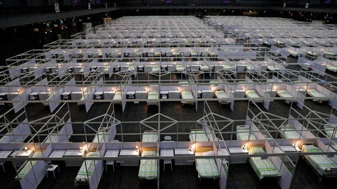 Barisan tempat tidur terlihat di rumah sakit lapangan sementara yang didirikan di Asia World Expo di Hong Kong, Sabtu (1/8/2020). Rumah sakit baru itu akan menerima pasien COVID-19 berusia antara 18 dan 60 tahun dengan sekitar 500 tempat tidur tersedia pada tahap pertama. (AP Photo/Kin Cheung)