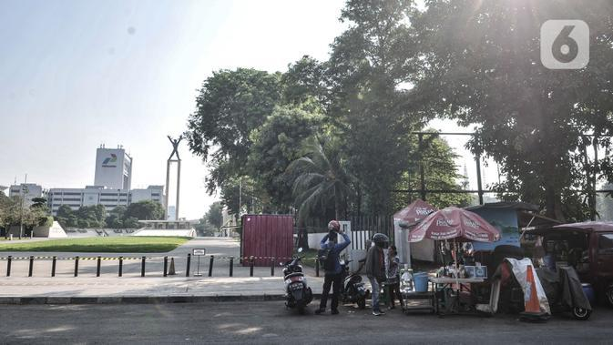 Pedagang kaki lima saat berjualan di trotoar kawasan Lapangan Banteng, Jakarta, Senin (7/9/2020). Sembilan titik tersebut antara lain berada di Jalan Pamekasan, Jalan Kendal, Jalan Gedung Kesenian, Lapangan Banteng, dan Jalan Sudirman. (merdeka.com/Iqbal S. Nugroho)