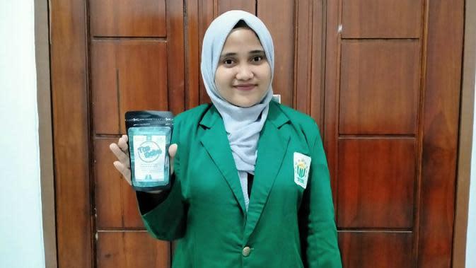 Empat mahasiswa yang merupakan tim Program Kreativitas Mahasiswa (PKM) Universitas Nahdlatul Ulama Surabaya (Unusa) membuat teh debu. (Foto: Dok Istimewa)