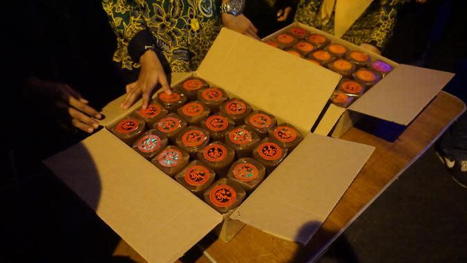 Panitia menyiapkan sebanyak 2000 kue keranjang untuk kegiatan tukar sampah yang dilakukan di kawasan wisata lampion Pasar Gede Solo.(Liputan6.com/Fajar Abrori)