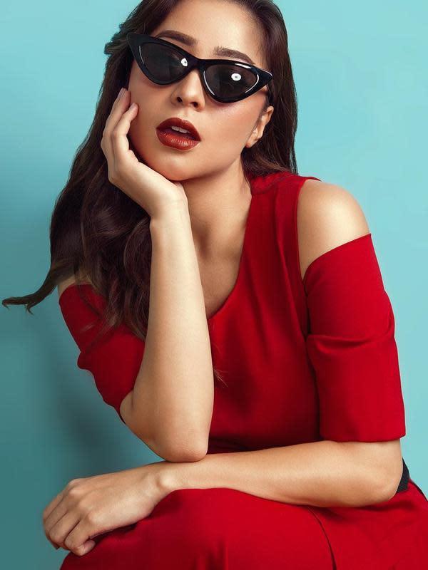 Istri Indra Priawan ini tampil modis dengan gaun pundak cut out merah. Pesonanya kian modis dengan kacamata hitam serta lipstik merah tebal.(Liputan6.com/IG/@nikitawillyofficial94)