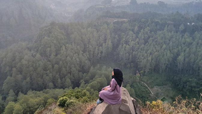 Pemandangan dari atas Tebing Keraton. (dok. instagram.com/safitriinda/https://www.instagram.com/p/B1djLhphop5/Novi Thedora)