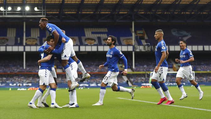 Pemain Everton Michael Keane (ketiga kiri) merayakan bersama rekan-rekaannya usai mencetak gol ke gawang Liverpool pada pertandingan Liga Premier Inggris di Stadion Goodison Park, Liverpool, Inggris, Sabtu (17/10/2020). Pertandingan berakhir dengan skor 2-2. (Cath Ivill/Pool via AP)