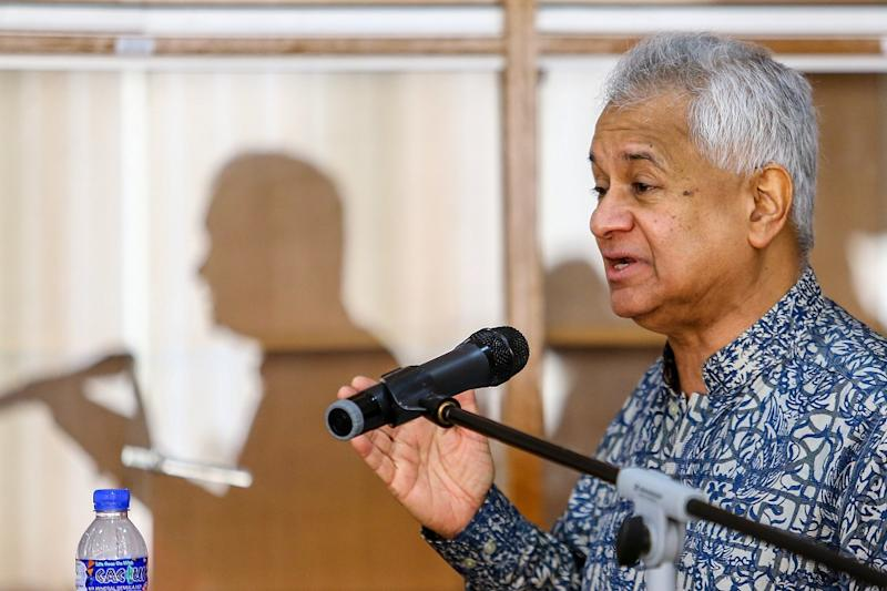 Attorney General Tommy Thomas delivers his opening speech during the Bar Council's public forum at the Kuala Lumpur and Selangor Chinese Assembly Hall May 4, 2019. — Picture by Hari Anggara