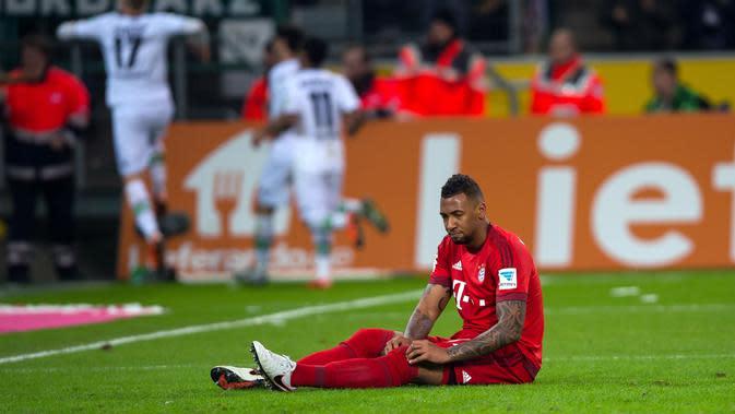 Ekspresi bek Bayern Munchen, Jerome Boateng, saat laga kontra Borussia Moenchengladbach, beberapa waktu lalu di Borussia Park. Boateng diprediksi kembali bugar pada medio April 2016. (EPA/Guido Kirchner)
