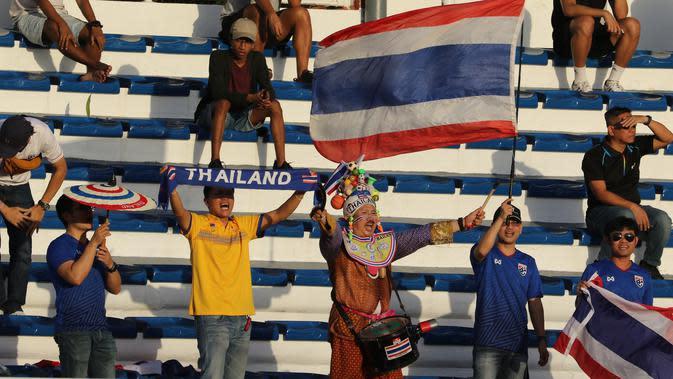Suporter memberikan dukungan kepada Thailand U-22 saat melawan Timnas Indonesia U-22 pada laga SEA Games 2019 di Stadion Rizal Memorial, Manila, Selasa (26/11). Indonesia menang 2-0 atas Thailand. (Bola.com/M Iqbal Ichsan)