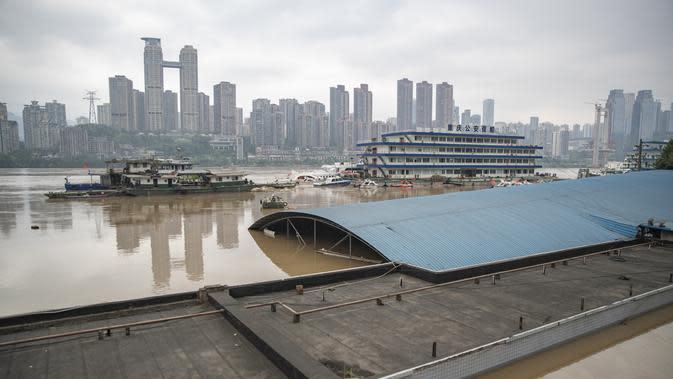 Sebuah pasar yang sebagian terendam air bah di bagian Chuqimen Sungai Yangtze di Kota Chongqing, China barat daya (18/8/2020). Kota Chongqing dilanda banjir parah. Status tanggap darurat Level I dikeluarkan pada Selasa (18/8) untuk pengendalian banjir. (Xinhua/Huang Wei)