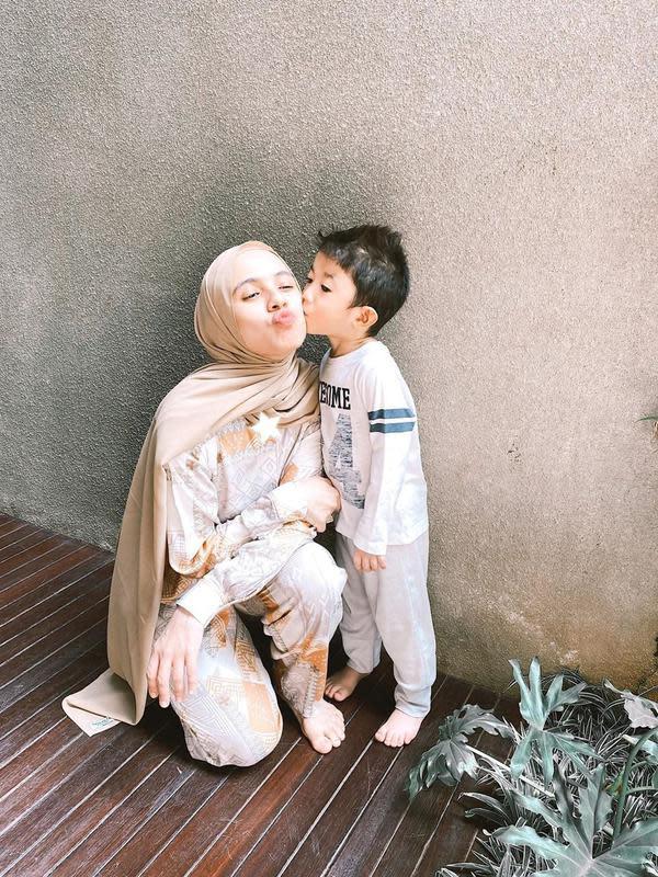 Hal itu diceritakan perempuan 35 tahun itu melalui akun instagramnya, @missnyctagina pada 29Juni. Membagikan potret dicium putra pertamanya. (Instagram/missnyctagina)