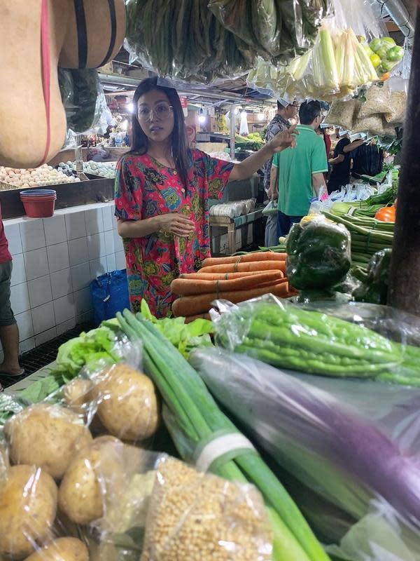 Artis yang sering tampil sederhana, Sarwendah. Istri Ruben Onsu itu bahkan sudah terbiasa mengunjungi pasar tradisional. Beberapa potret saat ke pasar tradisional sering dibagikan. (Instagram/ruben_onsu)