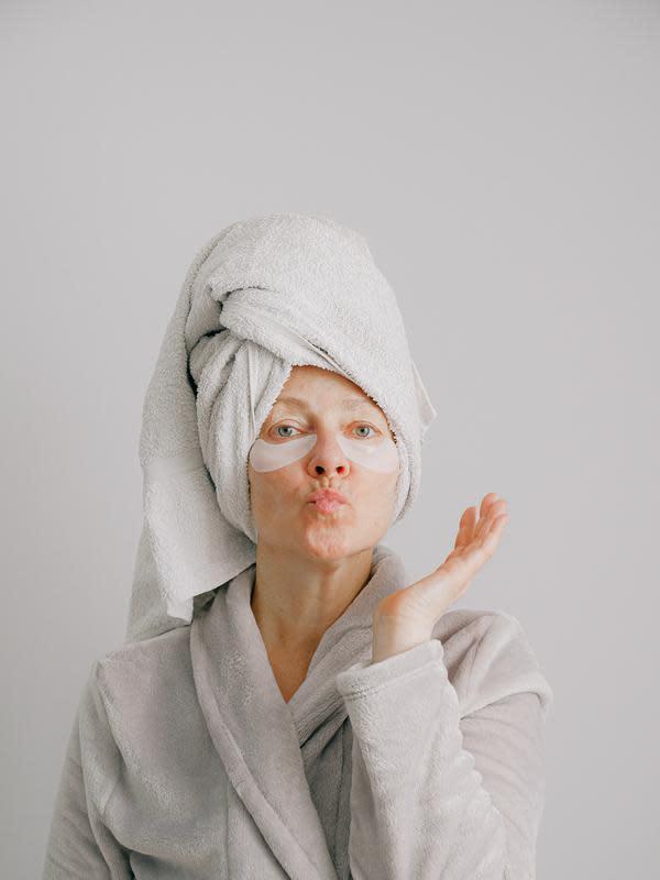 ilustrasi eye mask agar kantong mata tidak gelap/pexels