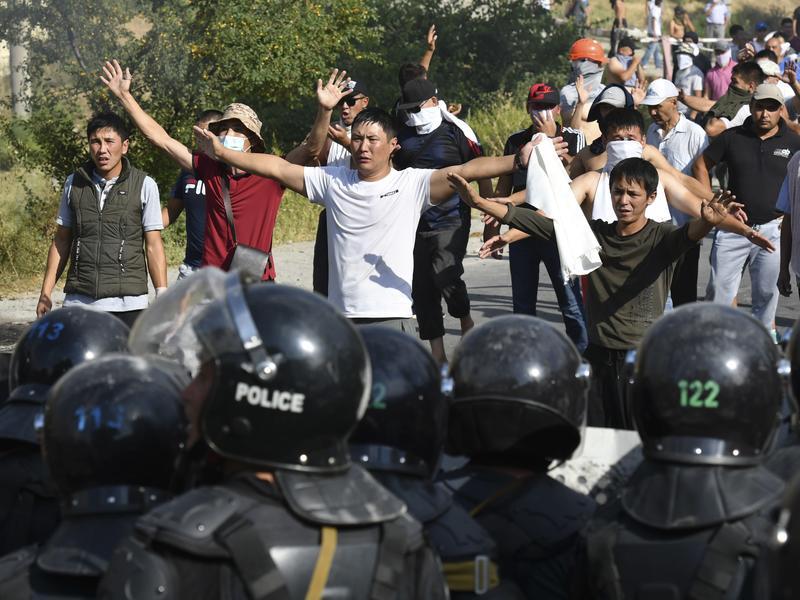 抗議人群強闖監獄 釋放前總統總理