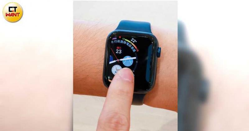 左右滑動螢幕,就能馬上更換錶面主頁設計,非常方便。(圖/馬景平攝)