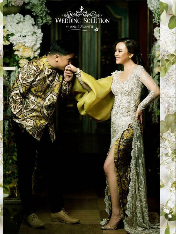 Potret bahagia Amanda di Anne Avantie Roemah Penganten Grand Indonesia. Billy yang tampak gagah mengenakan batik mencium tangan Amanda. (Instagram/anneavantieheart)
