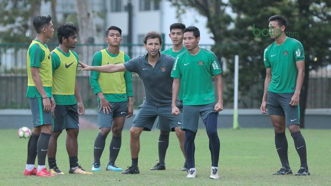 Pelatih timnas Indonesia U-23, Luis Milla memberikan instruksi saat sesi di Lapangan ABC, Senayan, (24/4/2018). Timnas akan mengikuti turnamen PSSI Anniversary 27 April-3 Mei 2018. (Bola.com/Nicklas Hanoatubun)