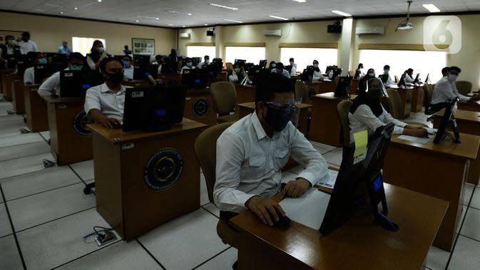 Peserta mengikuti Seleksi Kompetensi Bidang (SKB) Computer Assisted Test (CAT) untuk Calon Pegawai Negeri Sipil (CPNS) Kemenkumham di Gedung Kepegawaian Negara, Jakarta, Rabu (2/9/2020). Pelaksanaan SKB CPNS yang diikuti 829 peserta tersebut menerapkan protokol kesehatan. (merdeka.com/Imam Buhori)