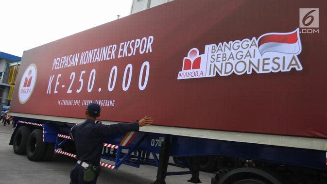 Petugas mengatur kontainer Ekspor Mayora ke-250.000 ke Filipina di pabrik Mayora di Cikupa Tangerang, Senin (18/2). Mayora Indah yang berdiri sejak 1977 bergerak di bidang consumer goods yang merambah pasar global. (Liputan6.com/HO/Bal)