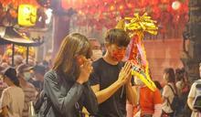 宥勝陪妻還願參加大甲媽遶境 鑽轎內許下「超實際願望」蕾媽笑了