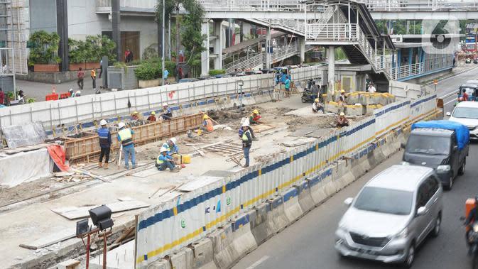 Pekerja meyelesaikan proyek pembangunan underpass Senen Extension di kawasan Senen, Jakarta, Kamis (13/2/2020). Proyek yang menelan anggaran mencapai Rp 121,1 miliar dan ditargetkan selesai pada Desember 2020 itu diharapkan dapat mengurai kemacetan. (Liputan6.com/Immanuel Antonius)