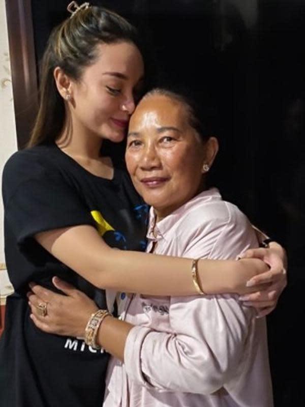 Zaskia Gotik memeluk ibu mertuanya