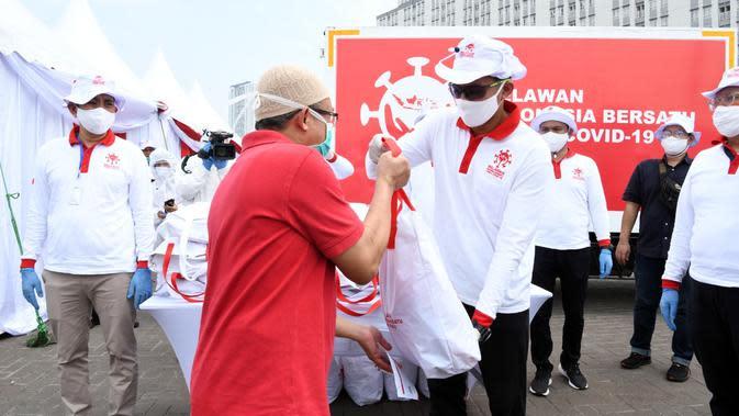 Sandiaga Uno memberikan paket sembako kepada warga usai mengikuti rapid test virus corona Covid-19 di halaman Wisma Atlet Kemayoran. (Ist)