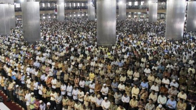 Shalat tarawih bersama keluarga menjadi momen yang dinanti saat ramadhan (Sumber foto: Nu.org)