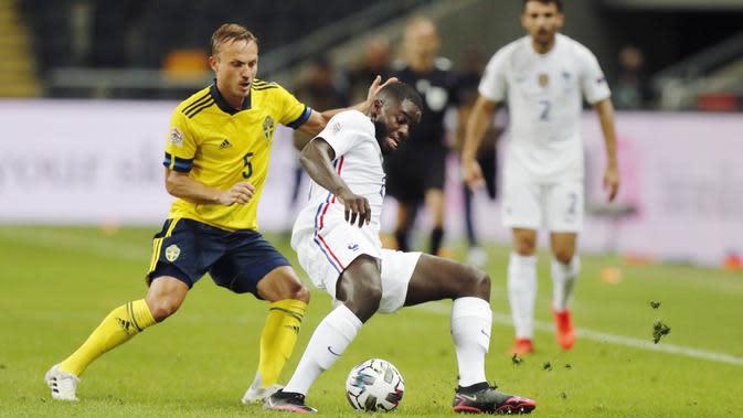 Pemain Prancis, Dayot Upamecano, berebut bola dengan pemain Swedia, Pierre Bengtsson, pada laga UEFA Nations League di Friends Arena, Minggu (6/9/2020). Prancis menang 1-0 atas Swedia. (Christine Olsson/TT via AP)
