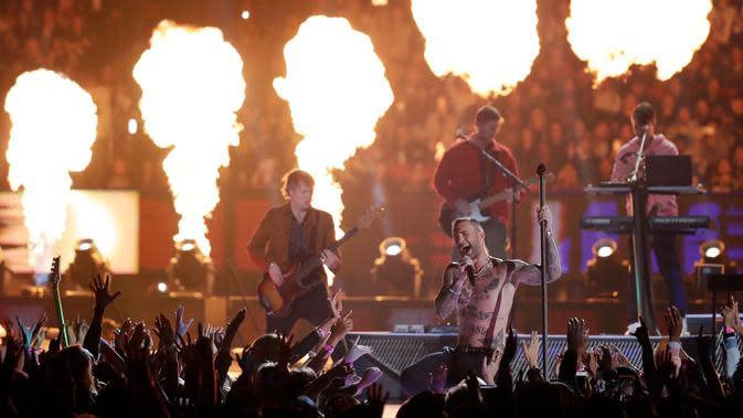 Maroon 5 Adam Levine dalam Super Bowl LIII di Atlanta, Georgia, AS, Minggu (3/2). (AP Photo/Jeff Roberson)