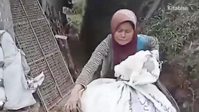 Kisah Haru Mbah Bingah, Sambung Hidup Dengan Bersihkan Sampah di Gunung Merbabu. (Sumber: Twitter/kitabisa)