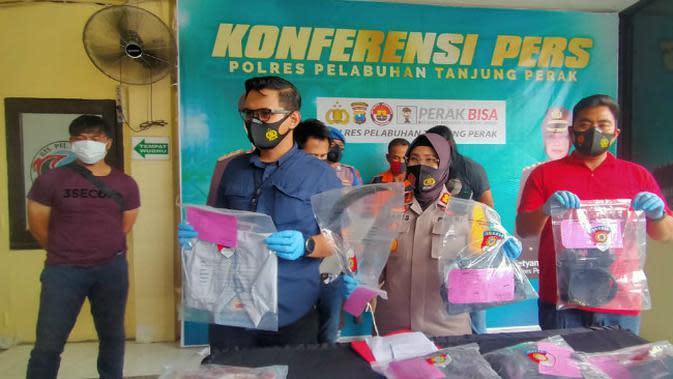 Polisi di Surabaya menangkap seorang pria yang membunuh tetangganya. (Foto: Liputan6.com/Dian Kurniawan)