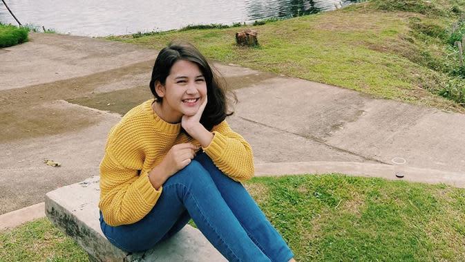 Meski menjadi seorang aktris muda, akan tetapi gaya penampilan Sandrinna terlihat bak anak remaja lainnya. Tak sedikit pula netizen yang memuji penampilan Sandrinna Michelle karena terlihat manis. (Liputan6.com/IG/@sandrinna_11)