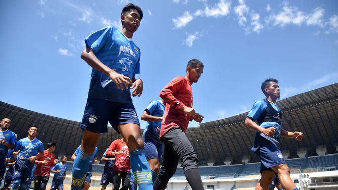 Pemain Persib Bandung saat menggelar sesi latihan di Stadion GBLA, Bandung. (Bola.com/Erwin Snaz)